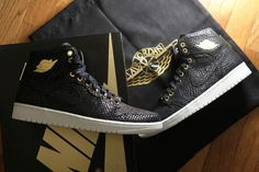 """A First Look at the Air Jordan 1 """"Pinnacle"""": To celebrate its anniversary as well as what many hoped to be the boxing event of the century, Nike Free Shoes, Nike Shoes Outlet, Running Shoes On Sale, Shoe Sites, Nike Roshe Run, Jordan 1, Jordan Retro, Clothes Horse, Nike Air Max"""