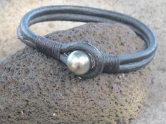 Bracelet homme TEIKI en cuir double et perle noire de Tahiti : Bracelet par from-tahiti-with-love