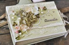 A gorgeous mini album by talented Ewa. More images in the Pion Blog. Paper collection: Linneaus Botanical Journal.