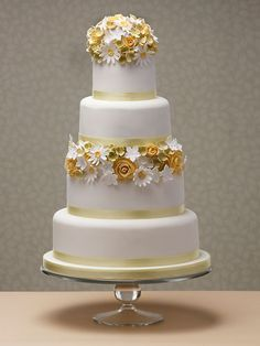 Daisies and roses wedding cake