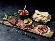 Flank steak fajitas med pico de gallo Norwegian Food, Steak Fajitas, Flank Steak, Frisk, Tex Mex, Grilling, Bbq, Cooking Recipes, Favorite Recipes
