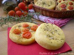 Le focaccine di patate sono delle pizzette rotonde, rese soffici dall'aggiunta delle patate lesse nell'impasto e condite con olio e rosmarino o pomodorini.