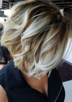 Here's Every Last Bit of Balayage Blonde Hair Color Inspiration You Need. balayage is a freehand painting technique, usually focusing on the top layer of hair, resulting in a more natural and dimensional approach to highlighting. Balayage Ombré Blond, Short Balayage, Bayalage, Balyage Bob, Baylage Blonde, Balayage Straight, Graduated Bob Hairstyles, Blonde Graduated Bob, Graduated Haircut