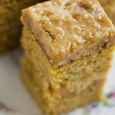 A soft and moist maple cake recipe with delicous maple butter icing. Mennonite Maple Walnut Cake Recipe from Grandmothers Kitchen. Amish Recipes, Sweet Recipes, Cake Recipes, Dessert Recipes, Köstliche Desserts, Delicious Desserts, Yummy Food, Maple Walnut Cake Recipe, Maple Cake