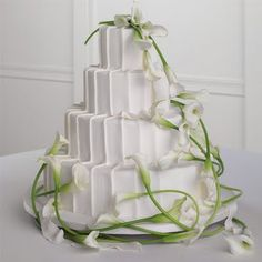 Calla Lily Wedding Cake Decorations: Chic and sweet? The details here are what make this calla lily wedding cake so striking. The monochromatic stripe, bright green stems and artful trailing arrangement are perfectly executed. Calla Lily Colors, Calla Lily Flowers, Calla Lily Wedding, Calla Lillies, Sugar Flowers, Wedding Flowers, Cake Flowers, Fresh Flowers, Beautiful Wedding Cakes