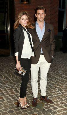 Una pareja con mucho, mucho estilo... Se puede ser elegante sin excesos... Este es el ejemplo... Mejor sencillez y toques de glamour (bolso, zapatos, pañuelo en la solapa de él...)