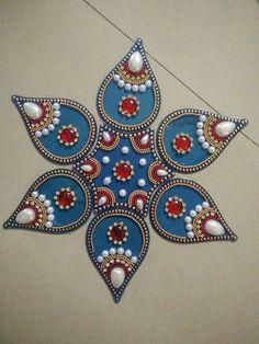 Rangoli Rangoli Ideas, Rangoli Designs Diwali, Tela Hindu, Arti Thali Decoration, Ganesh Chaturthi Decoration, Acrylic Rangoli, Fun Crafts, Arts And Crafts, India Crafts