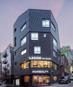 [BY 전원주택라이프] '클라인하우제' 성신여대 패밀리하우스는 건축주가 소유한 옛 한옥에다 뒤의 한옥을... Minimalist Architecture, Contemporary Architecture, Architecture Design, Planet Coaster, Small Buildings, Building Design, Minimal Design, Beautiful Homes, Hotels