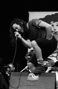 Lead singer Eddie Vedder from American rock band Pearl Jam performs live on stage at Pinkpop festival in Landgraaf Netherlands on June 1992 Anthony Kiedis, Grunge, Music Is Life, My Music, Band Posters, Music Posters, Retro Posters, Phish Posters, Gig Poster