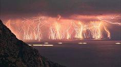 I fulmini di Catatumbo: alla foce del fiume Catatumbo, Venezuela, dove le acque del si immettono nelle paludi del lago Maracaibo, da secoli sosta una massa di nubi temporalesche che, per quasi metà giornata, crea un arco voltaico ampio oltre 5 km che genera in continuazione fulmini su fulmini.