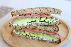 La ricetta semplice e ricca dei toast con avocado e salmone perfetti per uno spuntino goloso ed appagante
