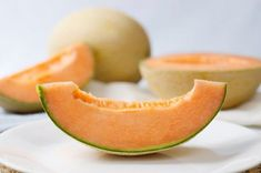 This is a guide about peeling and slicing melon. Melons are a refreshing fruit to eat in the summer. Peeling and slicing melons allows you to eat it more easily or add it to a fruit salad. Cantaloupe Benefits, No Sodium Foods, New Zealand Food, Honeydew Melon, No Salt Recipes, Rich In Protein, Food Out, Green Smoothies