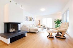 großes, lichtdurchflutetes Wohnzimmer von HARTL HAUS in Traumhaus Classic 218 W Villa, Interior Design, Classic, Home Living Room, Interior Designing, Nest Design, Derby, Home Interior Design, Home Decor