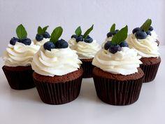 ČOKOLÁDOVÉ CUPCAKES SE SMETANOVÝM KRÉMEM | Golden Dot Mini Cupcakes, Food, Meal, Essen, Hoods, Meals, Eten