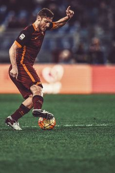 Pray for someone who'll be as loyal to you as Totti is to Roma. As Roma, Most Popular Sports, Football Highlight, Football Players, Football Art, Sport Football, Football Jerseys, Arsenal Football, Italia