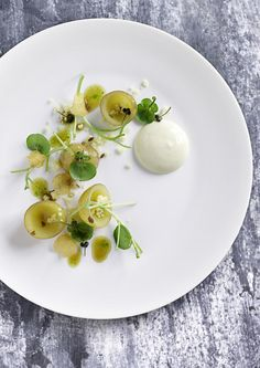 AOC, Copenhagen - Pear in various textures with spruce granité and frozen yogurt Michelin Food, Michelin Star, Chefs, Danish Food, Gourmet Recipes, Cooking Recipes, Think Food, Food Plating, Plating Ideas