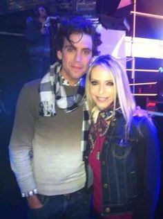"""Mika with actress Tonya Kinzinger - tweeted by her: """"KINZINGERTonya Tonya KINZINGER 11m Rdv ce soir a 20:35, cava déchiré! mikasounds"""""""