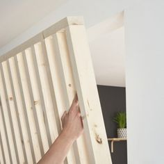 Make an openwork partition in wooden battens with an integrated chest Wood Partition, Living Room Partition Design, Room Partition Designs, Timber Walls, Wooden Screen, Wood Slats, Small Apartments, Home Interior Design, Diy Home Decor
