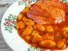 500 gr fasole uscata, 1 ciolan afumat (al meu a . Romanian Food, Romanian Recipes, Diet Recipes, Healthy Recipes, Bean Stew, Chana Masala, Delish, Beans, Dishes