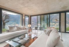 La Villa a Torno, sul Lago di Como, nata dal recupero di un rustico abbandonato, è un progetto dell'architetto Ruggero Rickler del Mare. Nella zona living: il tavolo in vetro con ruote disegnato da Gae Aulenti per FontanaArte, i divani Bill di Hannes Wettstein per Baleri e le poltroncine LC di Le Corbusier per Cassina