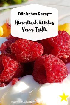 """Dänisches Rezept: Himmlisch kühles Ymer Trifli mit Himbeeren und Pfirsich. Ein besonderes Dessert aus Dänemark mit wenigen Zutaten, schön kalt für heiße Tage! Auf Küstenkidsunterwegs verrate ich Euch Zutaten + Zubereitung und erkläre die Bedeutung des schönen Wortes """"trifli"""". #rezept #dänisch #ymer #trifli #pfirsich #himbeeren #nachtisch #dänemark #tk #kühl #kalt #dessert #schichtdessert #müsli #skandinavien #wort #wortkunde #alternative #ersatz #sommer #bedeutung #washeißymer"""