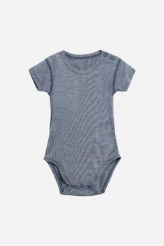 Short-sleeved body made of soft and stretchy bamboo jersey from Hust & Claire. Bamboo cotton is particularly soft and well suited for delicate baby Oeko Tex 100, Baby Skin, Friend Wedding, Claire, Blues, Bodysuit, Suits, Mai, Stylish