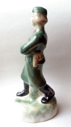 """Sowjetische seltene Figur """"Rote Armee Frau Soldat mit einem Revolver"""" UdSSR Polonsky Porzellanmanufaktur von Kunstkeramik 1950-1960er Jahre"""