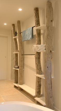 Regal aus Baumstämmen - massiv, praktisch und auch optisch ein echter Hingucker