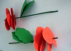 Recortar varios corazones de cartulina roja y un par de hojas con la cartulina verde. Se pueden utilizar unas tijeras dentelladas para que las hojas queden como en la foto. Finalmente se agujerea y se clava en el tallo. Gracias...