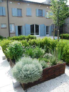 Edible Landscaping: raised beds herb garden | jardin d'herbes aromatiques