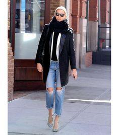 4. Usa tus jeans con una bufanda peluda y unos zapatos con taco con diseños.