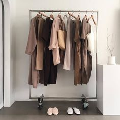 How to Build a Minimalist Capsule Wardrobe? Capsule Wardrobe, Wardrobe Rack, Brown Aesthetic, Look Boho, Style Vintage, Minimal Fashion, My New Room, Closet Organization, Wardrobes