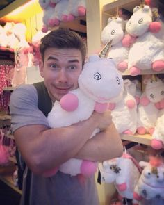 When you go the Doll Shop, then you will see a cute doll. You can't stand by yourself to not hug them (A Cute Doll). But, you hug em' and buy a cute doll. Rocky Power Rangers, James Davies, Power Ranges, Stand By You, Doll Shop, Cute Dolls, Ben 10, Hug, Spanish