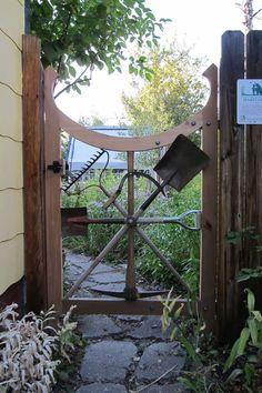 Gate, Tree, Wood, Wheel, Plant, Garden, House, Metal, Garden Gates, Garden Beds, Garden Tools, Garden Crafts, Garden Projects, Tor Design, Gate Design, Amazing Gardens, Beautiful Gardens