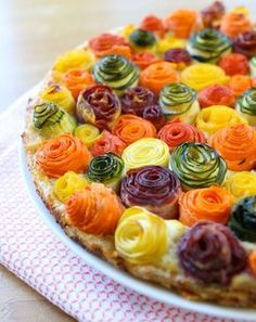 zucchini carrots roses tart recipe A stunning savory tart that will surprise your family: zucchini and carrots roses on a bed of ricotta, parmesan and mozzarella cheese.zucchini carrots roses tart recipe, this is too cute to leave off of the to do li Tart Recipes, Cooking Recipes, Pastry Recipes, Cooking Tips, Vegetable Tart, Cuisine Diverse, Good Food, Yummy Food, Healthy Food