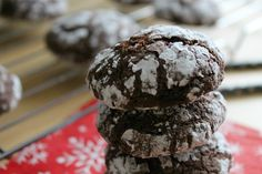 Easy fudge like Chocolate Crinkle Cookies that are rolled in powdered sugar and taste like a brownie! Perfect for holiday baking! Rolo Cookies, Chocolate Crinkle Cookies, Chocolate Crinkles, Like Chocolate, Chocolate Cherry, Cookie Recipes, Dessert Recipes, Desserts, Cherry Tart