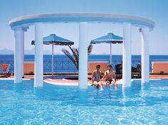 In het viersterren hotel Mitsis Summer Palace kunt u heerlijk ontspannen aan het zwembad of aan het strand. Daarnaast zijn er diverse sportmogelijkheden.     De kinderen zullen zich uitstekend vermaken in het aparte kinderbad of in de speeltuin. Tevens is het hotel fantastisch gelegen, vanaf het zwembadterras en in het restaurant heeft u een fantastisch uitzicht over zee. Op ca. 100m vindt u het lange zand-/kiezelstrand. Officiële categorie A
