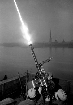 Soviet Army Sgt. Fyodor Konoplyov and his crew fire a DShK anti-aircraft gun at strafing German Luftwaffe bombers during the Siege of Leningrad. Leningrad (St. Petersburg), Russia, Soviet Union. 9 October 1942. Photograph by Anatoliy Garanin.  ez egy igazán kifinomult fegyver, szinte már műszer!