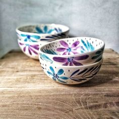 Pottery Painting Ideas Easy, Easy Paintings, Hand Painted Ceramics, Ceramic Painting, Ceramic Pottery, Dyi, Bowls, Diy And Crafts, Art Projects
