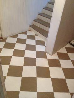 Alakerran eteinen ja portaat yläkertaan Puulattiat ja portaat maalattu kahdella eri värillä. Tapetti Mulberry