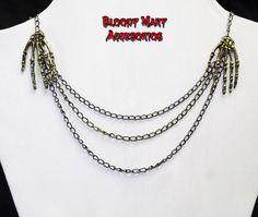 Hands skelleton necklace Antique brass por BloodyMaryAccesorios