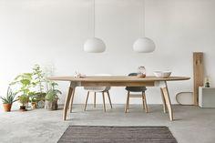 Eettafel Lino heeft een ovale bladvorm. Verkrijgbaar met een slijtvast linoleum werkblad of in een massief houten uitvoering. De bijzondere poten en middenbalk worden verbonden met stoere stalen koppelstukken. www.houtmerk.nl/Tafel-Oormerk-Lino-bamboe-eiken-ovaal