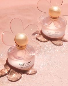 An ode to the Marc Jacobs iconic daisy, Daisy Love blooms with an oversized daisy that reflects over the warm glow of the juice. Good Girl Perfume, Best Perfume, Pink Perfume, Perfume Scents, Perfume Bottles, Daisy Love, Daisy Daisy, J Adore Parfum, Marc Jacobs Daisy Perfume