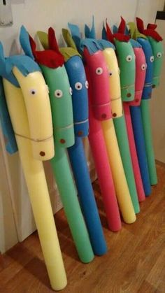 """Steckenpferd basteln Schwimmnudel Kindergeburtstag Pool noodle, felt for eas and mane, glue on giant googly eyes and tie the """"nose"""" down with twine. Kids Crafts, Projects For Kids, Diy And Crafts, Craft Projects, Arts And Crafts, Garden Projects, Garden Crafts, Garden Fun, Craft Ideas"""