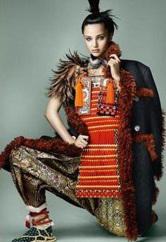 Popular fashion model Miranda Kerr became a cover of Vogue Japan in a samurai fashion.