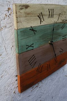 DIY pallet wood clock with roman numerals. Pallet Clock, Pallet Art, Diy Pallet, Pallet Ideas, Pallet Crafts, Wood Crafts, Beach House Style, Wood Projects, Woodworking Projects