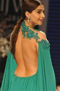 Cabo y esta sin respaldo que está trayendo la parte posterior atractiva. | 17 Outfits Sonam Kapoor Wore In 2015 That Only She Could Pull Off