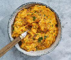 Krossad sötpotatis fungerar utmärkt som tillbehör till grillfesten eller som ingrediens i en matig wrap på picknicken. Det blir en himmelsk kombination när sötpotatisen blandas med vitlök och olivolja. En blivande sommarklassiker.