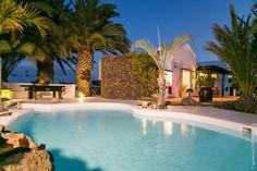 LANZAROTE - guesthouse met boutique appartementen voor 1-5 personen. Lekker zwembad, 10 minuten van 't strand en surfschool. Malaga, Boutique, Places, Outdoor Decor, Summer, Wanderlust, Travel, Holidays, Tips
