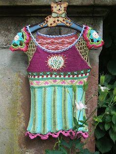 Gotta love a hippy top that combines crochet and knit elements. Crochet Motifs, Freeform Crochet, Knit Crochet, Crochet Patterns, Crochet Tops, Hippie Tops, Crochet Woman, Beautiful Crochet, Mode Inspiration